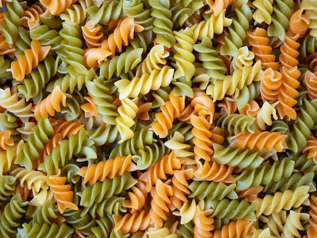Drie kleuren rotini pasta. pasta fusilli tricolore achtergrond