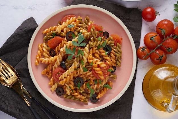 Drie kleuren rotini pasta.