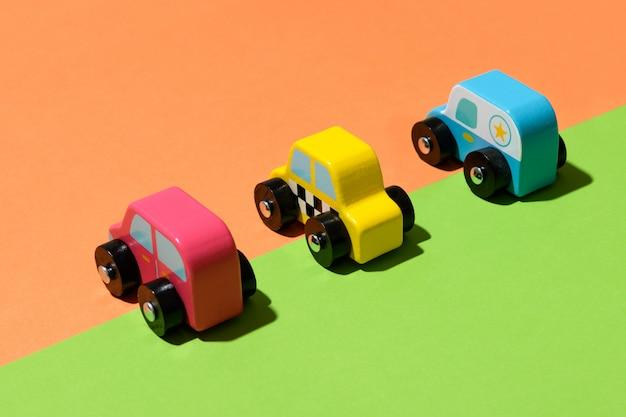Drie kleurrijke rustieke houten handgemaakte speelgoedauto's