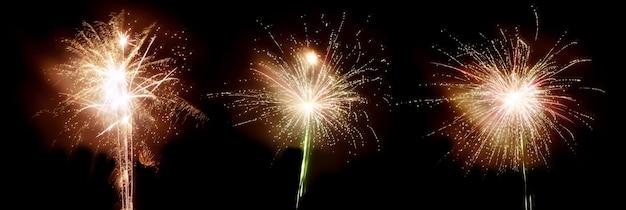Drie knallen vuurwerk op een zwarte lucht