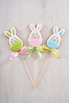 Drie koekjes in de vorm van schattige konijntje op stok