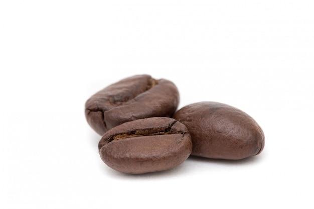 Drie koffiebonen geroosterde geïsoleerde arabica