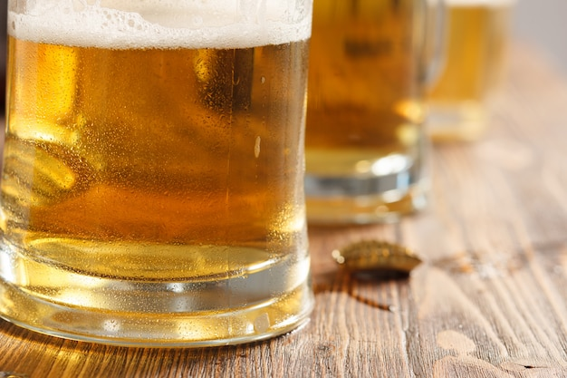 Drie koude bierglazen op bar of pub bureau