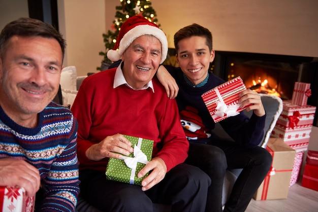 Drie lachende mannen in de woonkamer
