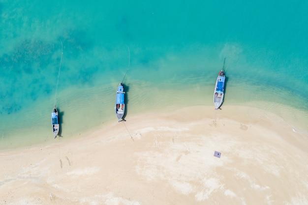 Drie lange staart boot op het strand luchtfoto