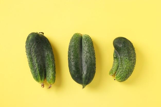 Drie lelijke komkommers op heldere gele achtergrond
