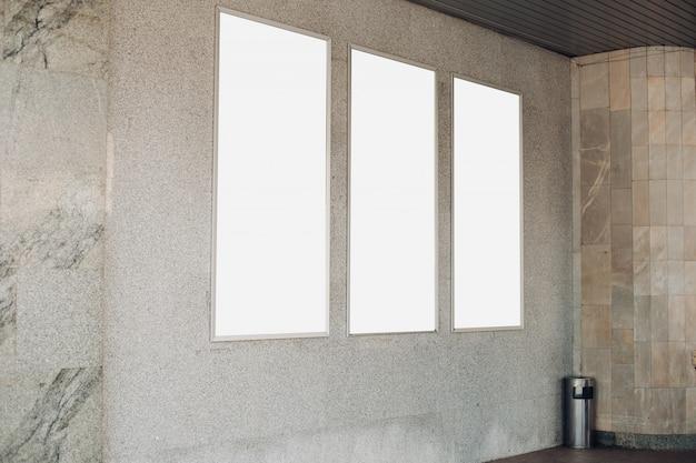 Drie lichtsignalen, reclameborden hangen aan de muur van het gebouw buiten