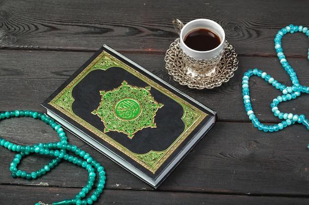 Drie maanden. islamitische heilige boek koran met rozenkrans kralen. ramadan concept
