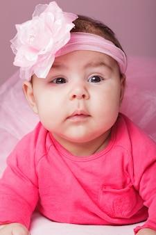 Drie maanden oud babymeisje in roze tutu