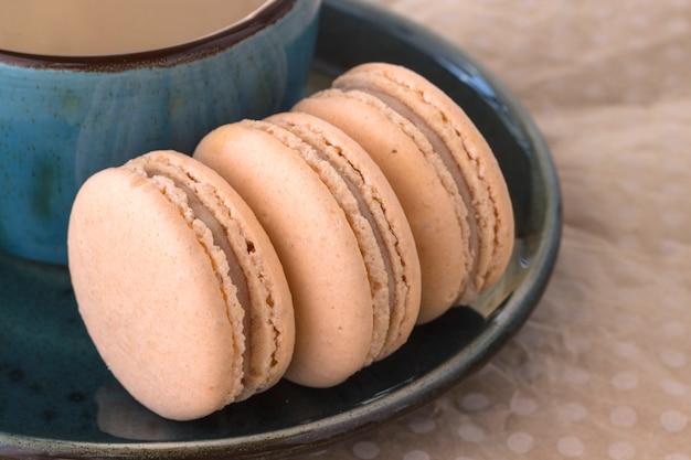 Drie macarons op een schotel