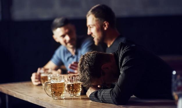 Drie mannelijke vrienden in de bar