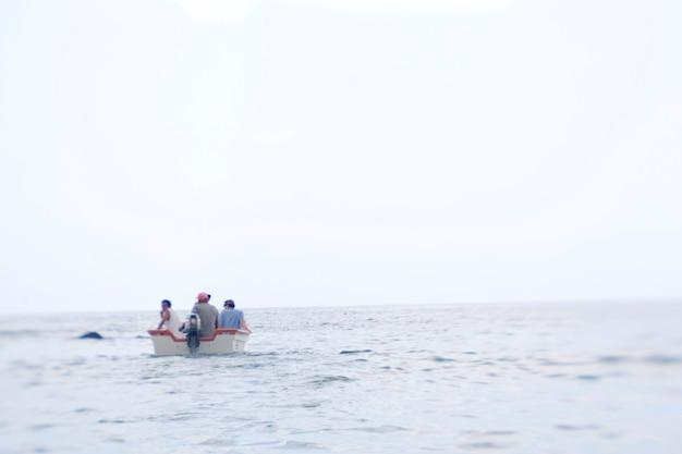 Drie mannen in een boot uit costa rica