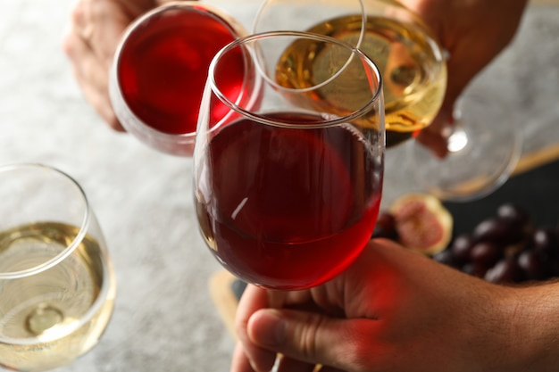 Drie mannen juichen met wijnglazen, close-up