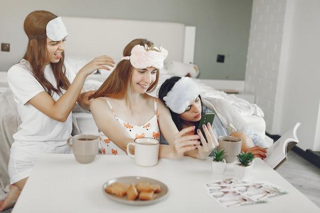 Drie meisjes hebben thuis een pyjama feestje