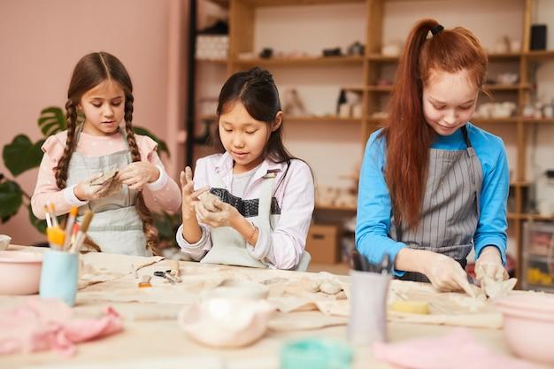 Drie meisjes in de pottenbakkerij