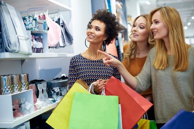 Drie meisjes in de winkel