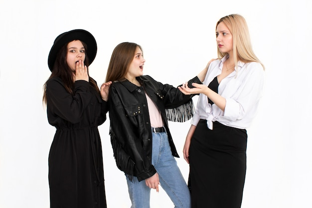 Drie meisjes zijn met elkaar in gesprek. foto op een witte achtergrond