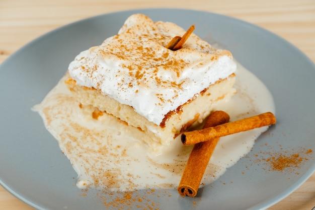 Drie melkcake en een beetje kaneel, typisch latijns-amerikaans dessert