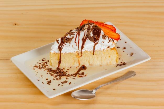 Drie melkcake met chocoladesiroop en wat aardbeien