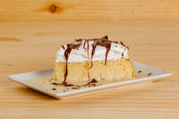 Drie melkcake met chocoladesiroop