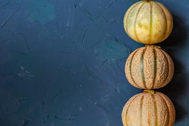 Drie meloenen op een beton