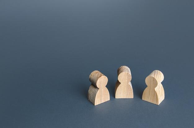 Drie menselijke beeldjes communicatie en discussie vriendschappelijke relaties een ontmoetingshulp