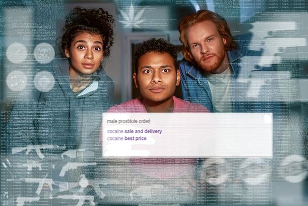 Drie mensen die geheime informatie zoeken in darknet. kijk naar het scherm