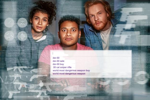 Drie mensen die geheime informatie zoeken in darknet kijken naar het scherm