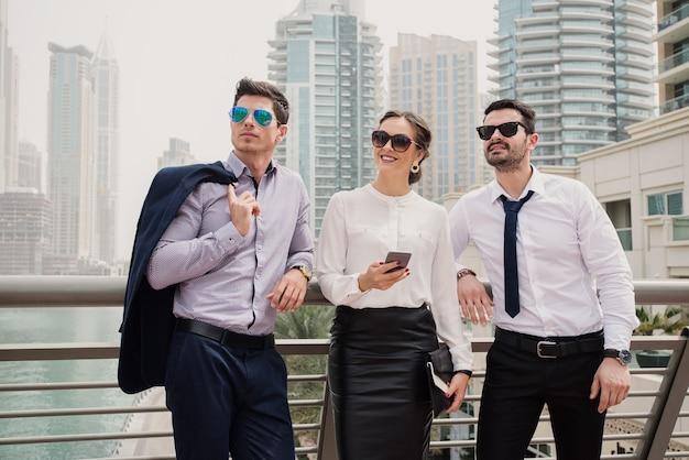 Drie moderne business colleges die in dubai marine staan en op zoek zijn naar een nieuwe bedrijfslocatie.
