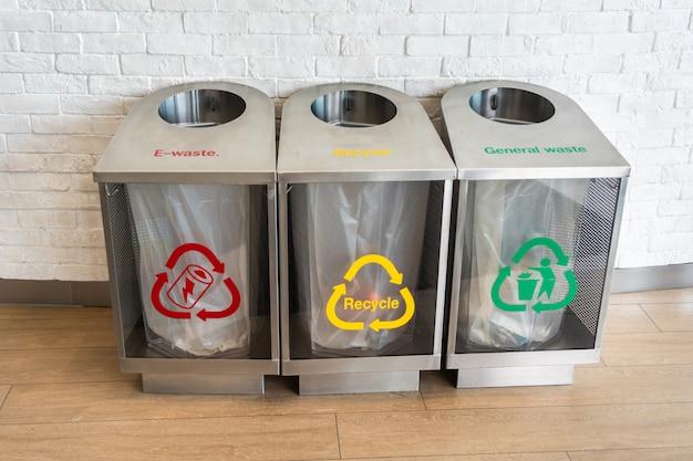 Drie moderne zilveren afvalbakken