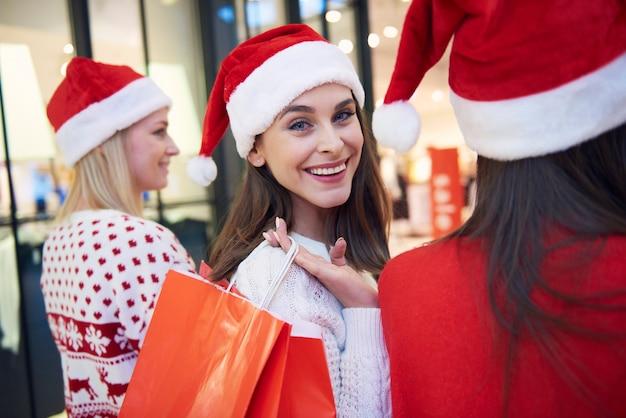 Drie mooie vrouwen tijdens de kerstinkopen