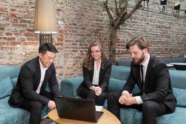 Drie multi-etnische zakenlieden overwegen een contractaanbod