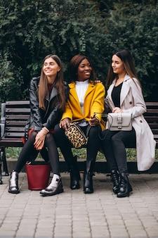 Drie multiculturele vrienden in de straat