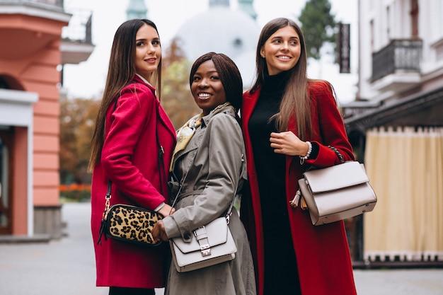 Drie multiculturele vrouwen in de straat