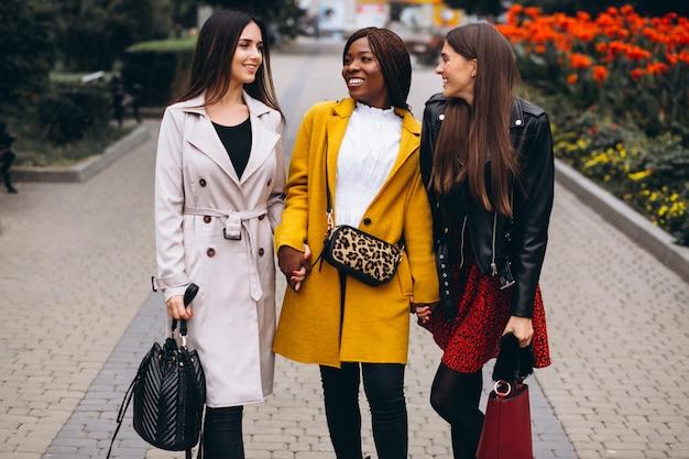 Drie multiculturele vrouwen na het winkelen
