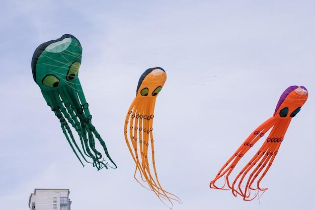 Drie octopusvormige vliegers in de lucht. vliegerfestival. concept van verdunning.