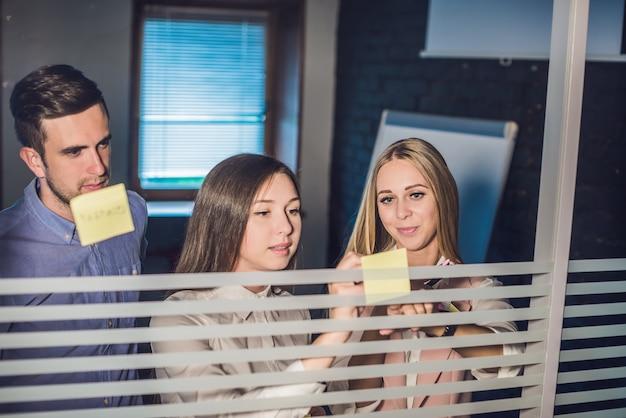 Drie ondernemers bespreken en plannen concept
