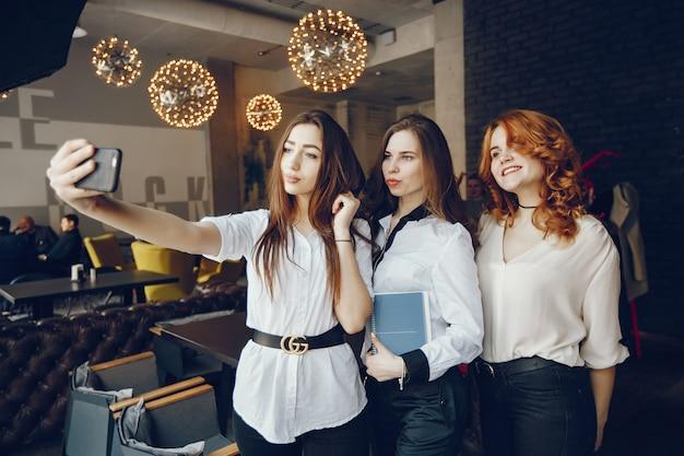 Drie ondernemers in een café