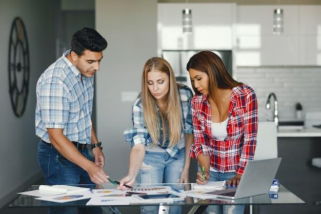 Drie partners op kantoor