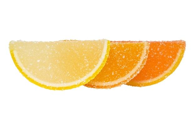 Drie plakjes gele en oranje marmelade bestrooid met suiker staan achter elkaar
