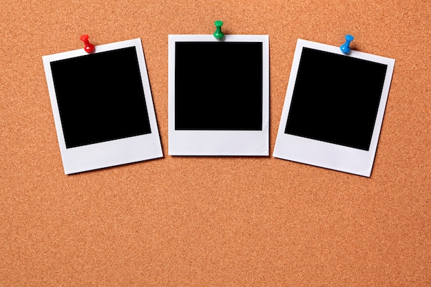 Drie polaroid fotoprints op een kurk prikbord