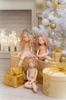 Drie poppen gemaakt door handen van textiel lijken erg op levende mensen.