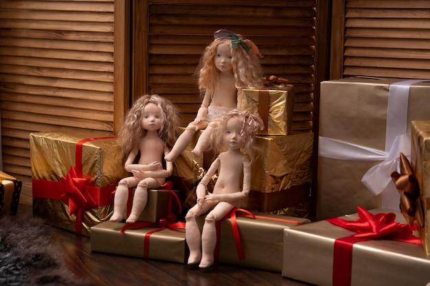 Drie poppen gemaakt door handen van textiel lijken erg op levende mensen