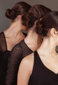 Drie professionele balletdansers in maillots die samen poseren