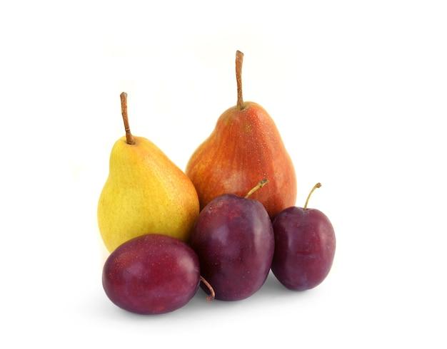 Drie pruimen en twee peren op een witte achtergrond