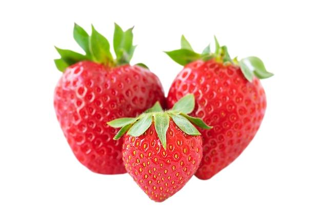 Drie rijpe aardbeien geïsoleerd op witte achtergrond