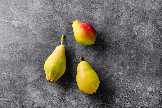 Drie rijpe peren op grijze achtergrond bovenaanzicht, trending lelijke vruchten. hoge kwaliteit foto