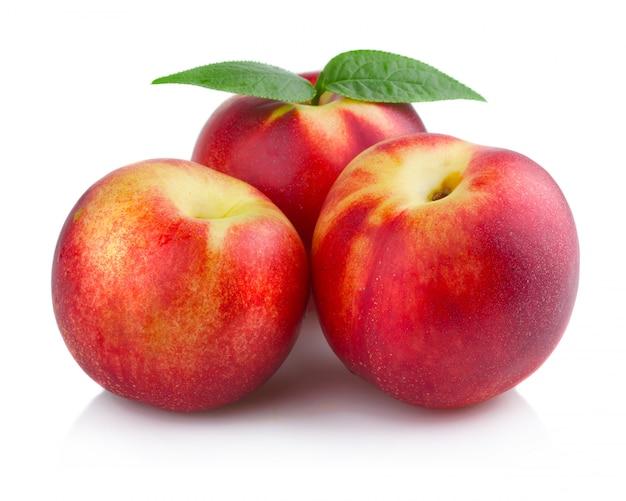 Drie rijpe perzik (nectarine) geïsoleerde vruchten