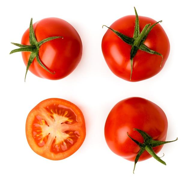 Drie rijpe tomaten en de helft op wit