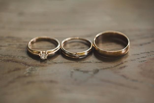 Drie ringen op houten achtergrond